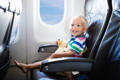 Volo del bambino in aeroplano Volo con i bambini immagine stock