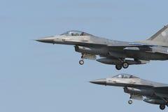 Volo del F16 nella formazione fotografia stock