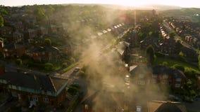 Volo del fuco attraverso il fumo causato da un grande fuoco archivi video