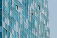Volo del fuco con il chiaro cielo blu fotografia stock