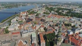 Volo del fuco della città delle costruzioni di chiesa della città di Petera Baznica Riga vecchio giù video d archivio