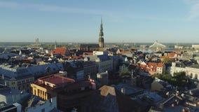 Volo del fuco della città delle costruzioni di chiesa della città di Petera Baznica Riga vecchio giù archivi video