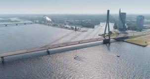 Volo del fuco della città del fiume e dell'IL di Dugava del ponte strallato della città di Riga video d archivio