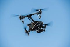 Volo del fuco nel cielo fotografie stock libere da diritti
