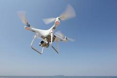 Volo del fuco nel cielo Fotografia Stock Libera da Diritti