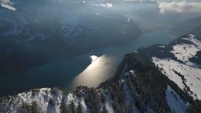 Volo del fuco nelle montagne svizzere archivi video
