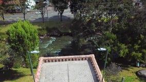 Volo del fuco sopra il ponte rotto Cuenca Ecuador stock footage