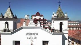 Volo del fuco sopra il santuario Ecuador di Cuenca video d archivio