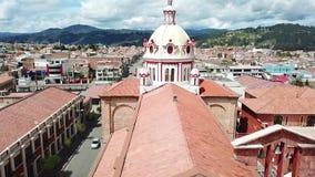 Volo del fuco sopra la chiesa Cuenca Ecuador di San Blas archivi video
