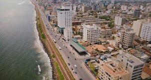 Volo del fuco sopra la costa di Colombo, Sri Lanka Vista aerea stupefacente di traffico della via della città, di costruzioni mod stock footage