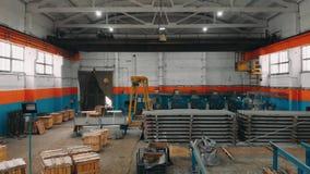 Volo del fuco sopra la fabbrica del tubo Stanza di produzione Magazzino industriale Siluetta dell'uomo Cowering di affari 4K stock footage