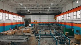 Volo del fuco sopra la fabbrica del tubo Stanza di produzione Magazzino industriale Siluetta dell'uomo Cowering di affari 4K archivi video