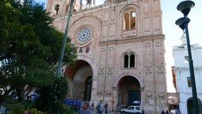 Volo del fuco sopra la nuova cattedrale a Cuenca Ecuador stock footage