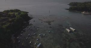 Volo del fuco sopra la vista di oceano splendida della baia di Padang compreso le vie, navi, barche, spiaggia in Bali, Indonesia video d archivio