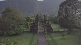 Volo del fuco sopra la vista sbalorditiva dei portoni e della montagna di pietra su Bali, Indonesia video d archivio