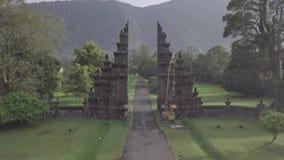Volo del fuco sopra la vista sbalorditiva dei portoni e della montagna di pietra su Bali, Indonesia archivi video