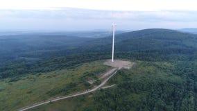 Volo del generatore eolico al tramonto video d archivio