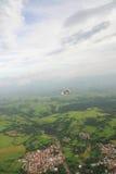Volo del giroplano sopra il paesaggio tropicale Fotografie Stock