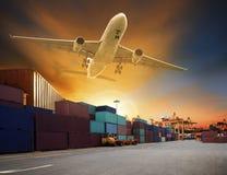Volo dell'aereo da carico sopra l'uso del porto del bacino e della nave del contenitore per il TR fotografia stock libera da diritti
