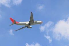 Volo dell'aereo di aria di commercio nel cielo Fotografie Stock Libere da Diritti