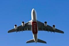 Volo dell'aereo di linea del Airbus A380 di linee aeree degli emirati basso Immagine Stock