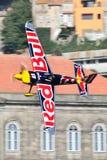 Volo dell'aereo di Martin Sonka contro il fondo dei monumenti storici Fotografia Stock