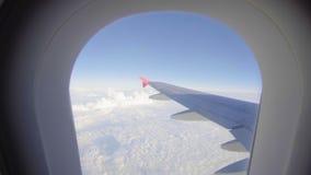 Volo dell'aeroplano Ala di un volo dell'aeroplano sopra le nubi Vista dalla finestra dell'aereo Velivoli Viaggio vicino stock footage