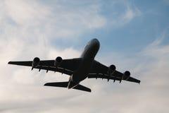 Volo dell'aeroplano del Jumbo-jet di Airbus A380 nel frount del cielo nuvoloso fotografie stock libere da diritti