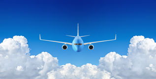 Volo dell'aeroplano del passeggero nel cielo blu Immagini Stock