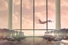 Volo dell'aeroplano dopo la finestra del salotto di partenze Immagine Stock