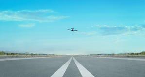 Volo dell'aeroplano nel cielo fotografie stock libere da diritti