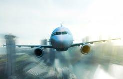 Volo dell'aeroplano sopra le alte costruzioni Immagine Stock Libera da Diritti