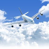 Volo dell'aeroplano sopra le nubi Fotografia Stock Libera da Diritti