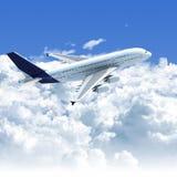 Volo dell'aeroplano sopra le nubi illustrazione di stock
