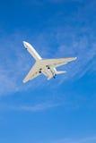 Volo dell'aeroplano sopraelevato con cielo blu Immagini Stock