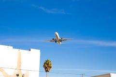 Volo dell'aeroplano sopraelevato con cielo blu Immagine Stock