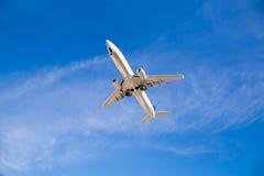 Volo dell'aeroplano sopraelevato con cielo blu Fotografia Stock