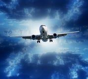 Volo dell'aeroplano sul fondo tempestoso del cielo nuvoloso Fotografia Stock Libera da Diritti