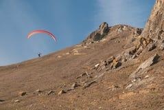 Volo dell'aliante sopra le montagne Fotografia Stock