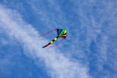 Volo dell'aquilone nel cielo blu immagini stock libere da diritti