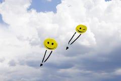 Volo dell'aquilone nelle nuvole fotografia stock libera da diritti