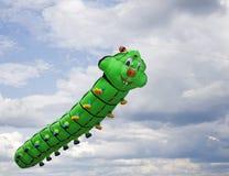 Volo dell'aquilone nelle nuvole immagine stock