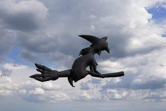 Volo dell'aquilone nelle nuvole fotografie stock libere da diritti