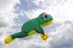 Volo dell'aquilone nelle nuvole fotografia stock
