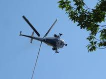 Volo dell'elicottero Immagine Stock