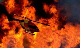 Volo dell'elicottero da un gran incendio in aperta campagna Immagine Stock