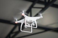 Volo dell'elicottero del fuco del Uav con la macchina fotografica digitale di alta risoluzione Fotografia Stock Libera da Diritti