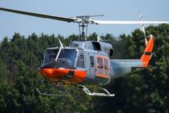 Volo dell'elicottero di Bell 212 Fotografie Stock Libere da Diritti