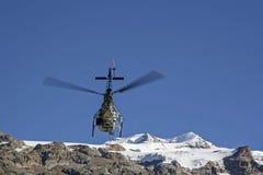 Volo dell'elicottero nelle montagne Fotografie Stock