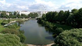 Volo dell'elicottero sopra il fiume dello stagno del parco della citt? archivi video